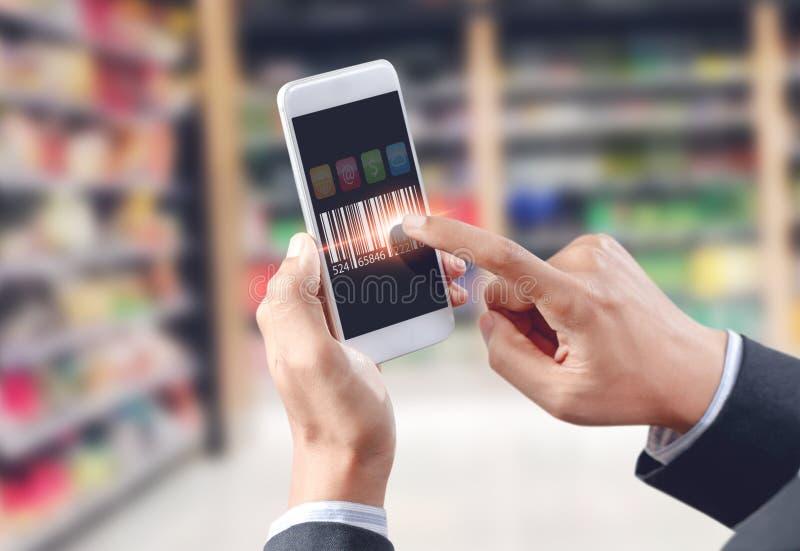 De streepjescode van de zakenmanaanraking op mobiel apparaat stock afbeelding