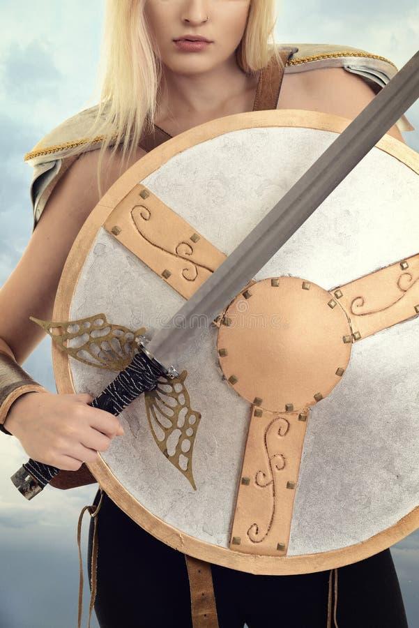 De strijder van de close-upvrouw met schild en zwaard royalty-vrije stock afbeeldingen