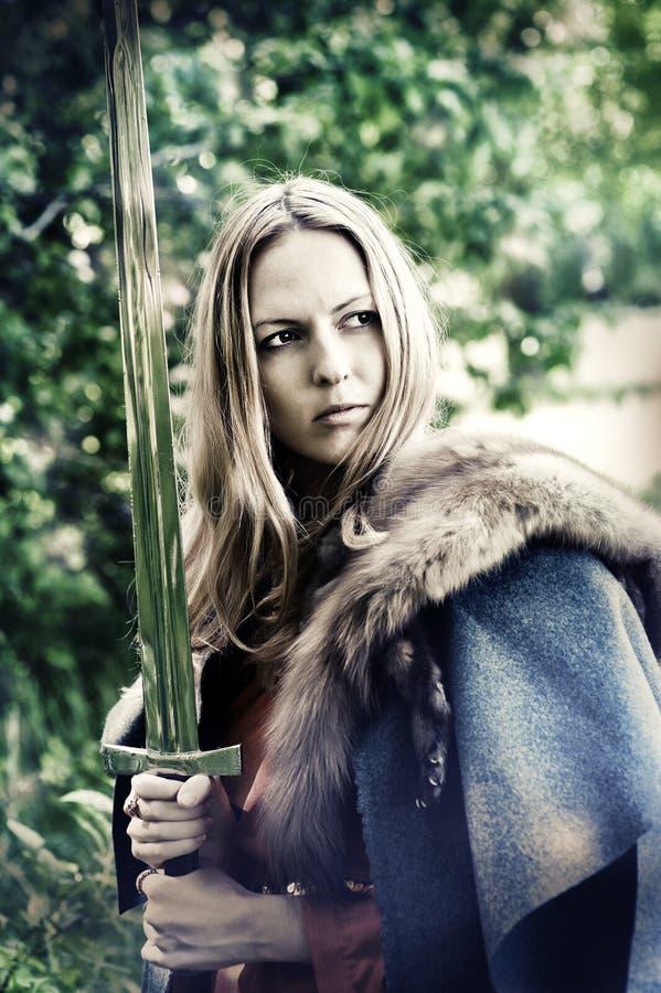 De strijder van de vrouw met zwaard stock foto's