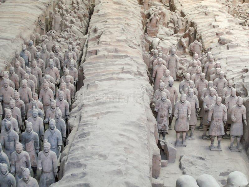 De strijders van het Terracottaleger bij het graf van de Eerste Keizer van China's in Xian De Plaats van de Erfenis van de Were stock afbeelding