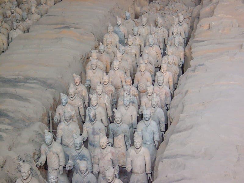 De strijders van het Terracottaleger bij het graf van de Eerste Keizer van China's in Xian De Plaats van de Erfenis van de Were stock afbeeldingen