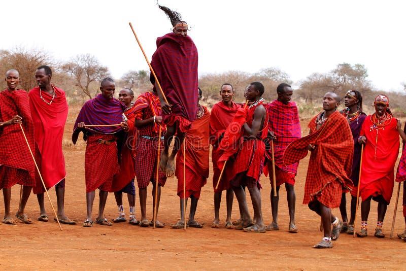De strijders van Masai het dansen stock foto's