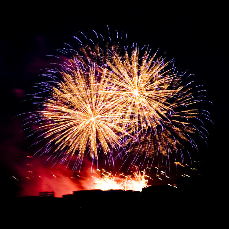 De stroken van het vuurwerk in nachthemel, viering royalty-vrije stock foto's