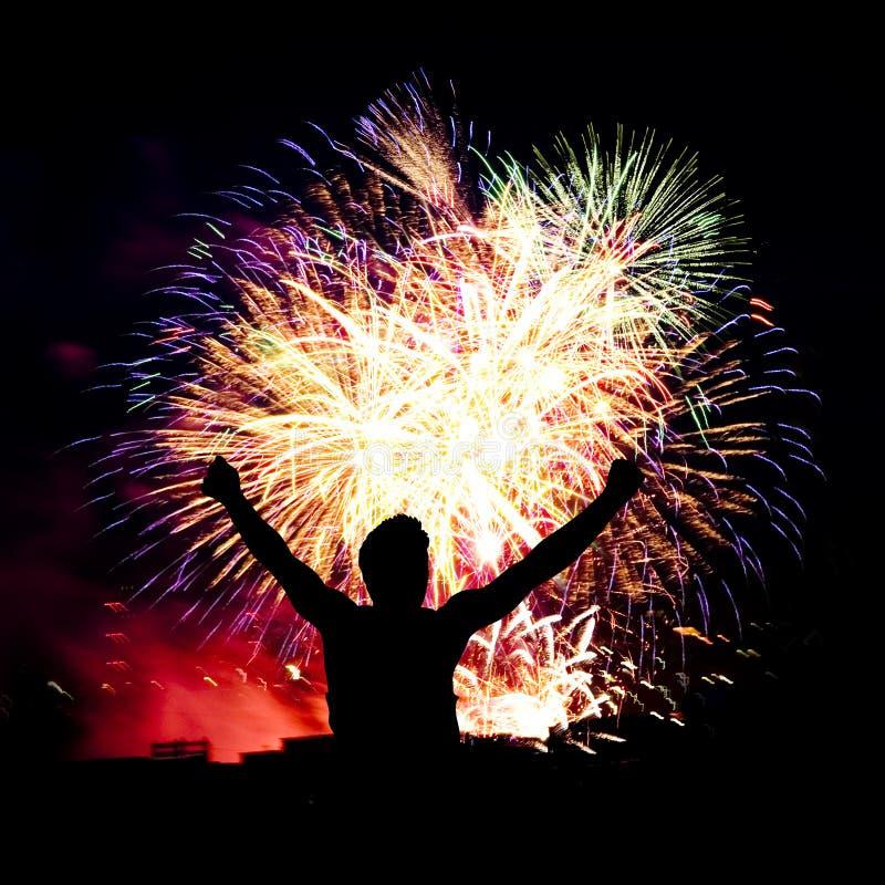 De stroken van het vuurwerk in nachthemel, viering stock afbeelding