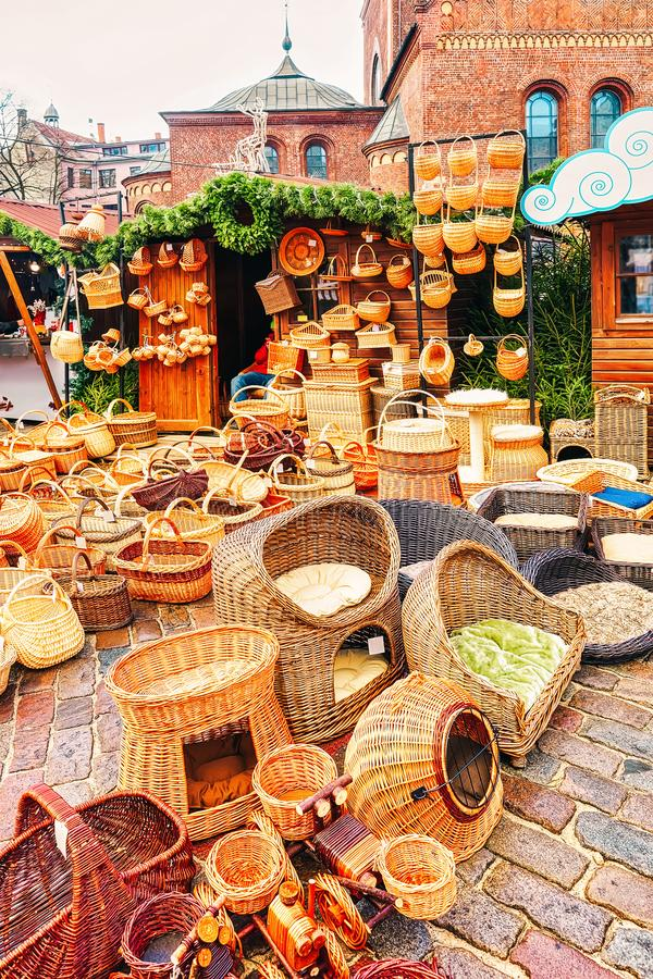 De de stromanden en producten stelden bij één van de boxen voor tijdens de Kerstmismarkt in de winter Riga in Letland royalty-vrije stock foto