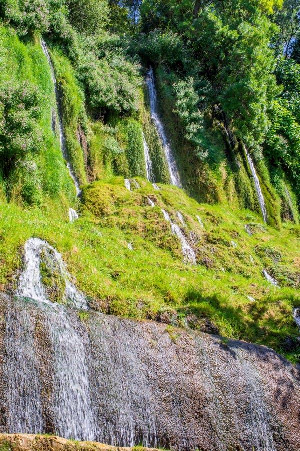 De stromen die van water neer uit de heuvel komen royalty-vrije stock foto's