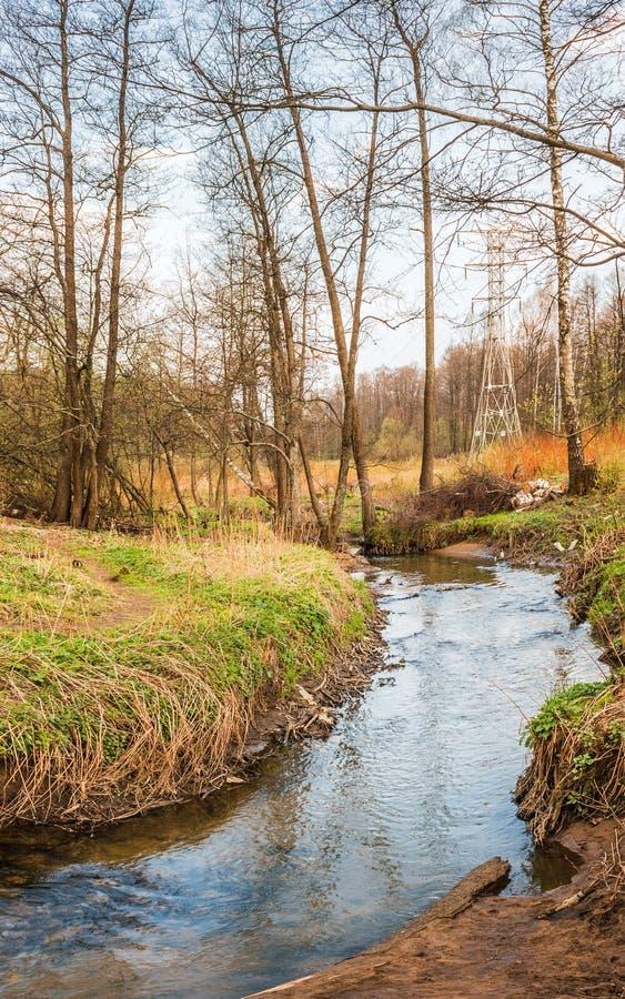 De stromen van de Serebryankarivier door het grondgebied van Izmailovo-Park Oostelijk district moskou Russische Federatie stock foto