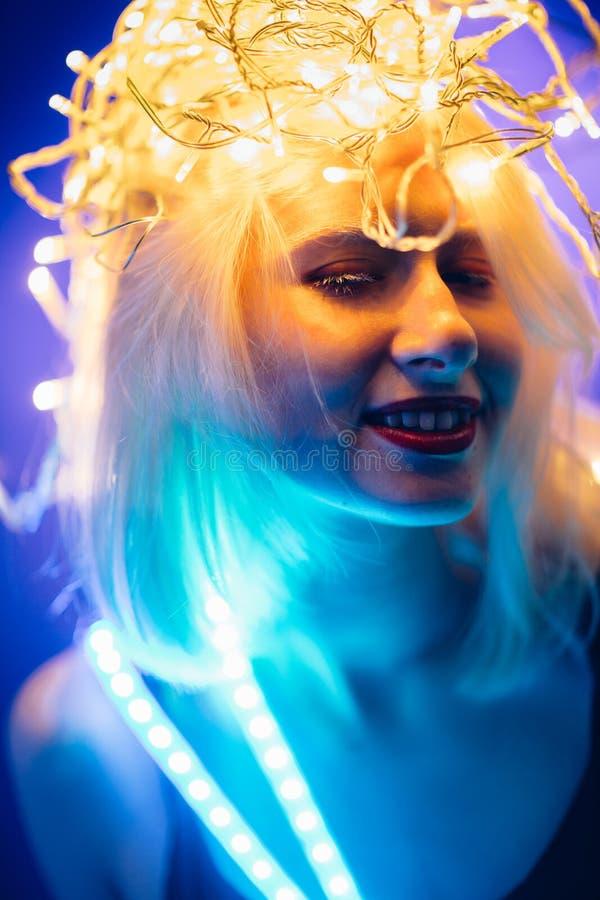 De Strook Lichte band van het portretmeisje op donkere kleurenachtergrond royalty-vrije stock afbeelding