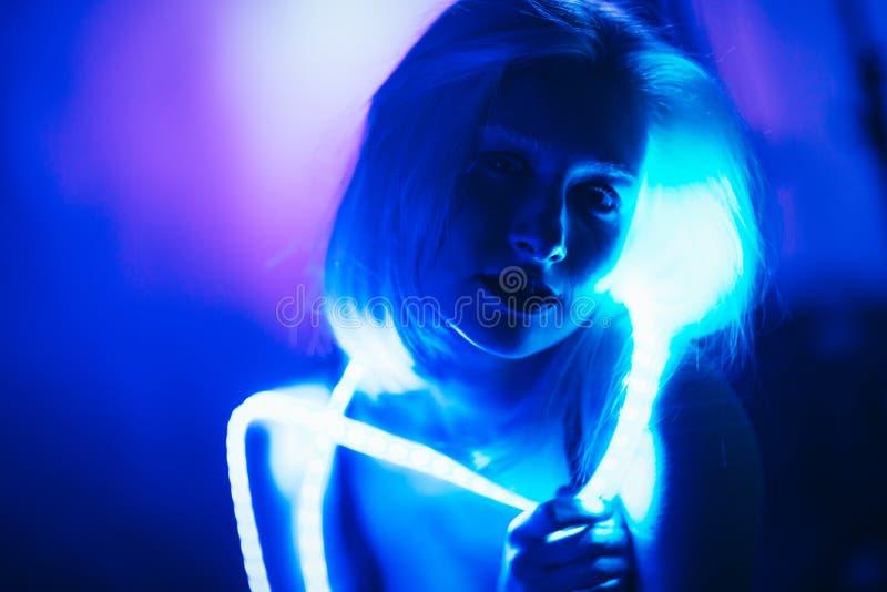 De Strook Lichte band van het portretmeisje op donkere kleurenachtergrond royalty-vrije stock foto's