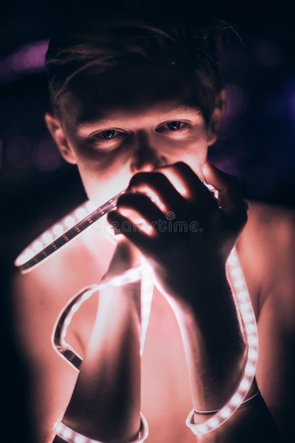 De Strook Lichte band van de portretmens op donkere kleurenachtergrond stock foto's