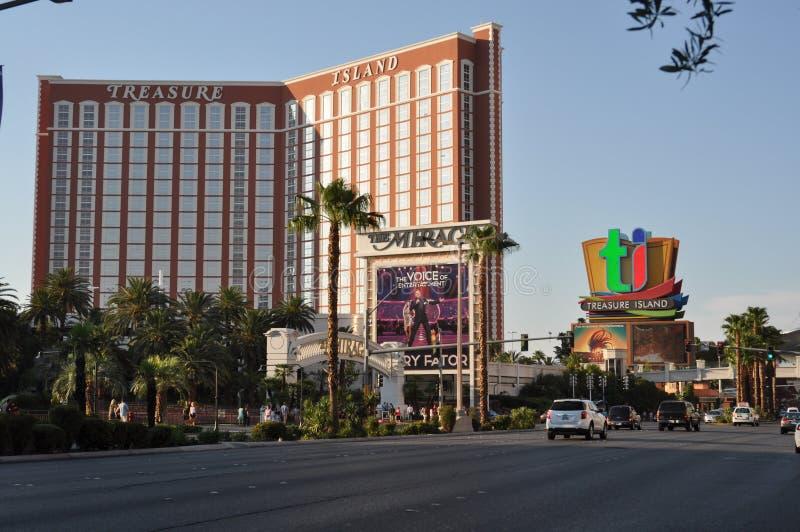 De Strook van Las Vegas - het hotel van het Schateiland tijdens een zonnige dag royalty-vrije stock afbeeldingen