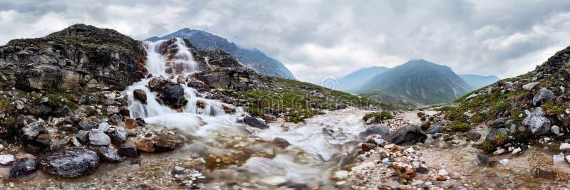 De stroom van de bergwaterval in nevelig regenachtig weer in de valleibloemen Cilindrisch panorama 360 royalty-vrije stock afbeelding