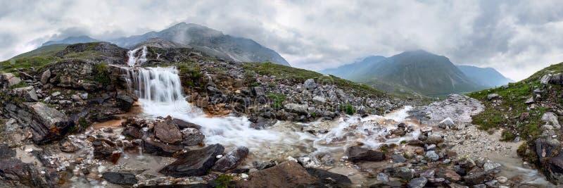 De stroom van de bergwaterval in nevelig regenachtig weer in de valleibloemen Cilindrisch panorama 360 stock fotografie