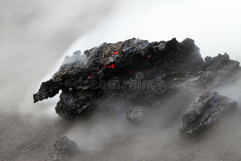 De stroom van de lava bij nacht stock afbeelding
