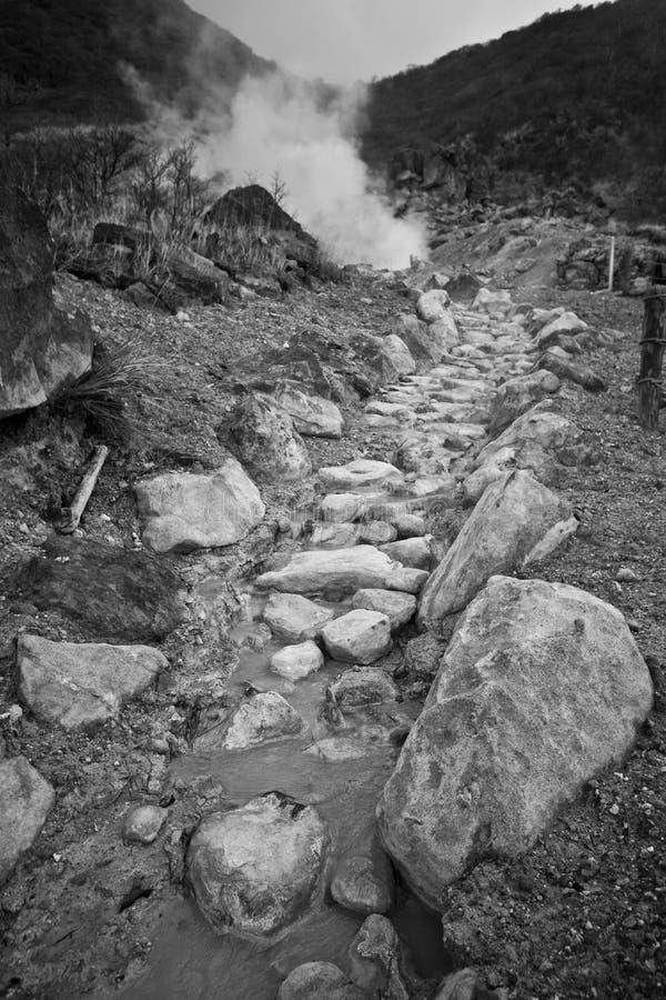 De stroom van het de zwavelwater van de vulkaan stock fotografie