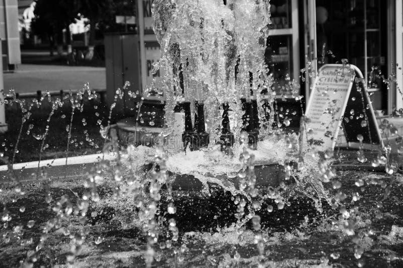 De stroom van water in de fontein stock foto