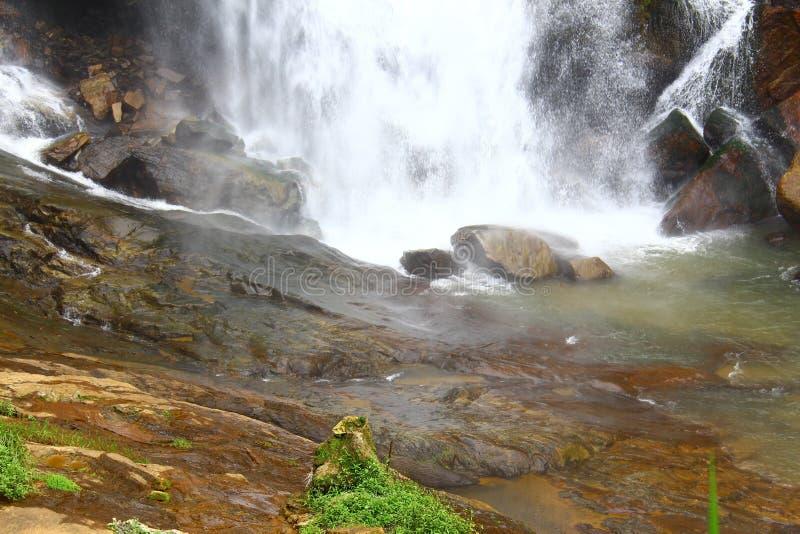 De stroom van water valt neer Ramboda-dalingen stock afbeelding