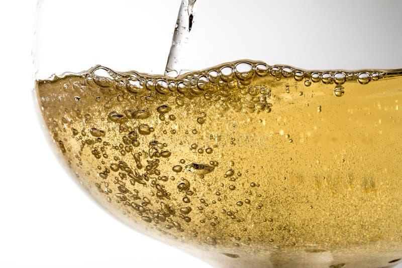 De stroom van wijn die gietend in een glasclose-up, wijn, plons, bellen, bruist zijn royalty-vrije stock foto's