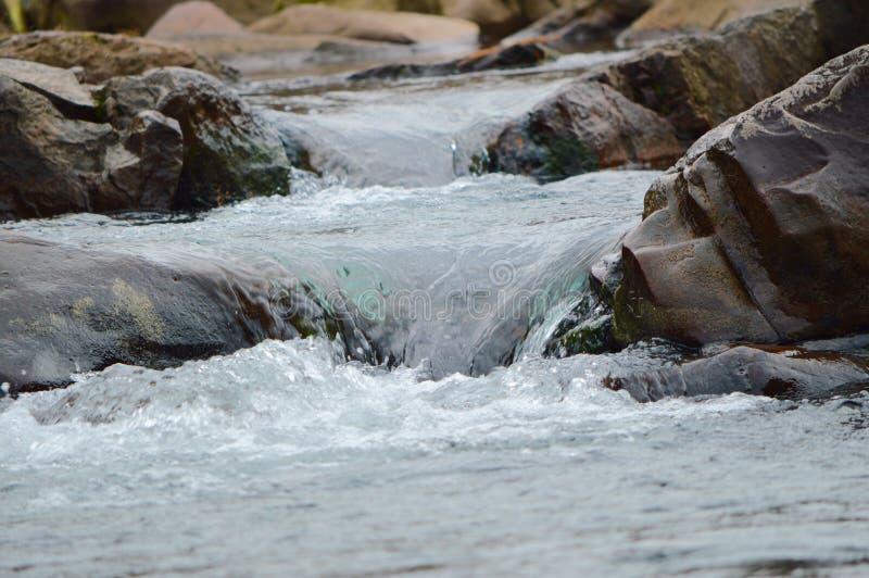De stroomversnelling over de rotsen met in de Ocoee-Rivier stock foto's