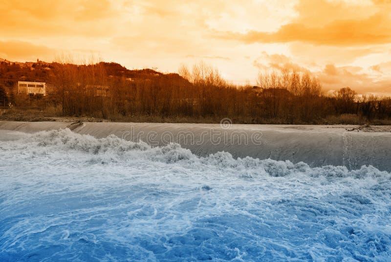 De stroomversnelling van de rivier bij zonsondergang royalty-vrije stock foto