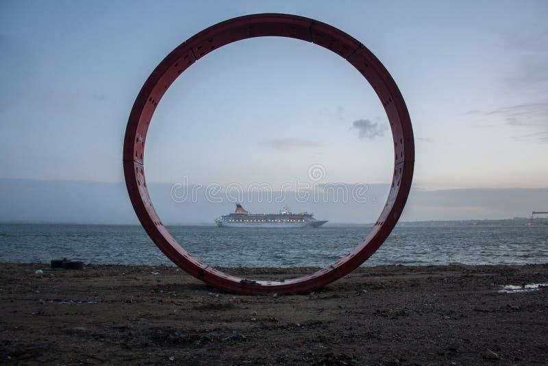 De Structuur van de ijzercirkel dichtbij Tagus-Rivier in Lissabon stock afbeelding