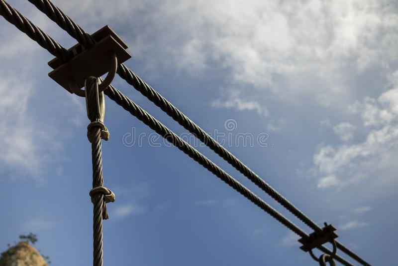 De structuur van de staalkabel, blauwe hemelachtergrond stock fotografie