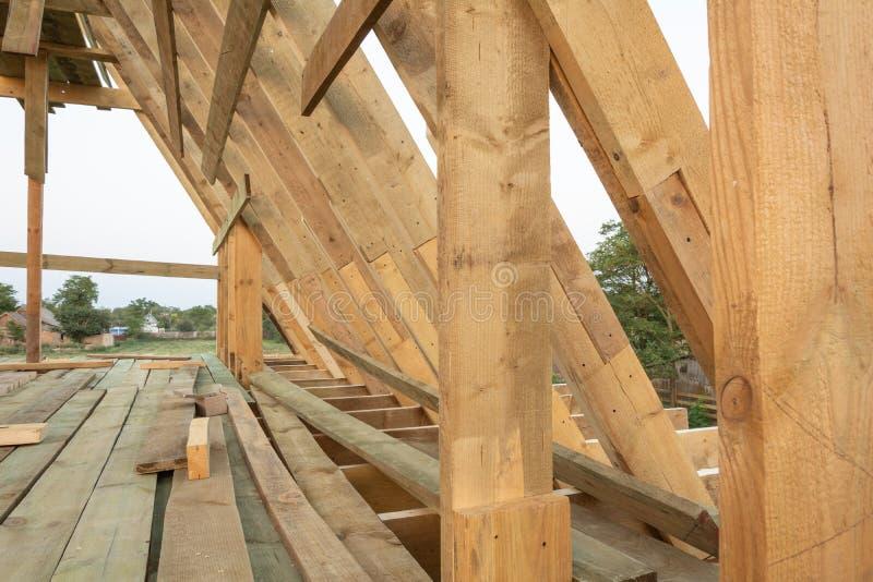 De structuur van het dakkader in houten kaderhuis in aanbouw stock afbeelding