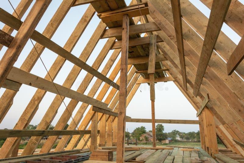 De structuur van het dakkader in houten kaderhuis in aanbouw bij zonsondergang royalty-vrije stock foto's