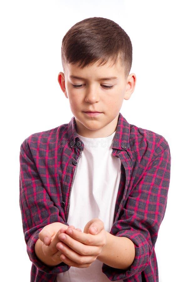 De student bekijkt zijn handen stock fotografie