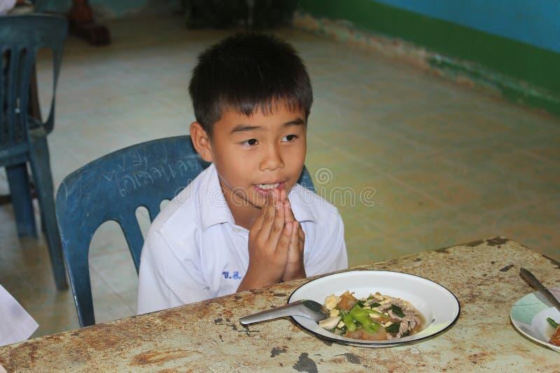 De student bidt stock afbeelding