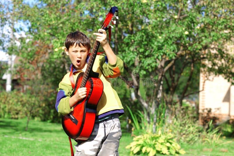 De student die van de muziek de gitaar speelt royalty-vrije stock afbeelding