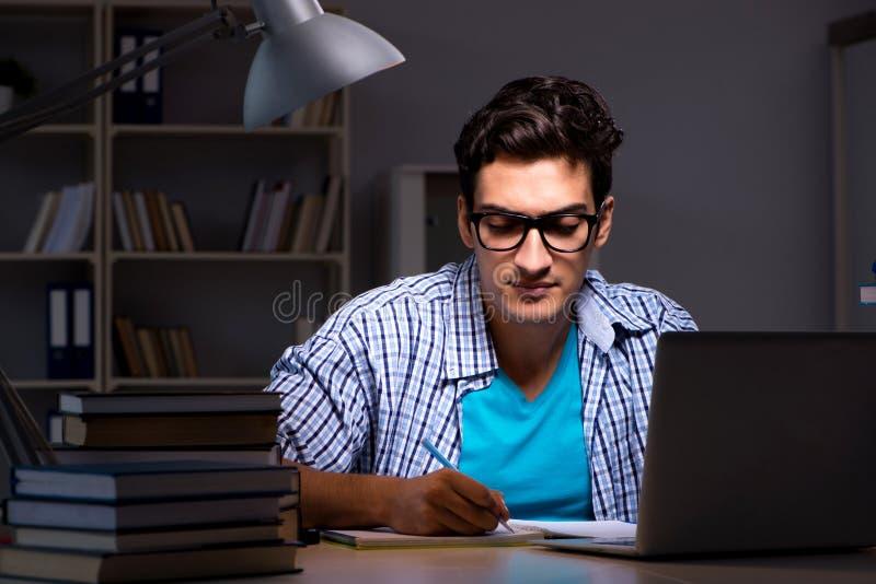 De student die voor examens voorbereidingen treffen laat - nacht thuis royalty-vrije stock foto's
