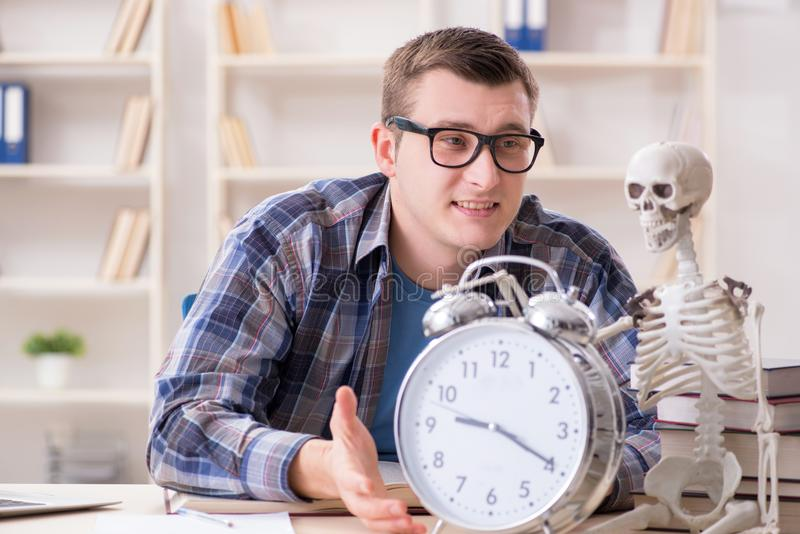 De student en het skelet die voor schoolexamens voorbereidingen treffen royalty-vrije stock fotografie