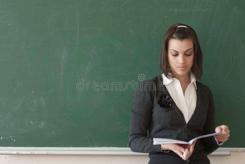 De student leest nota's van de raad stock fotografie