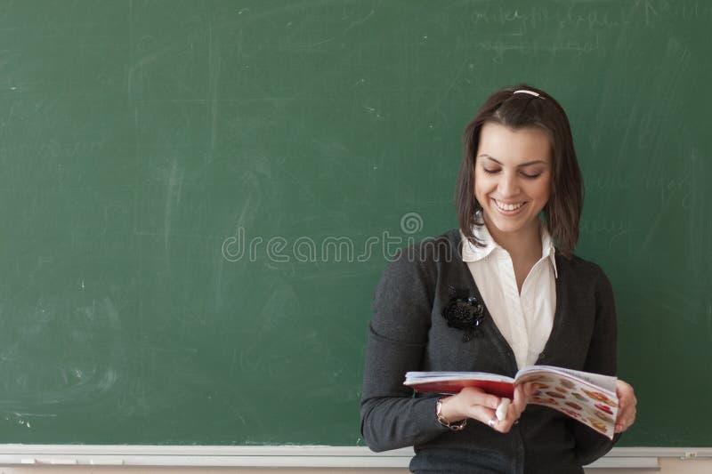 De student leest nota's van de raad royalty-vrije stock foto