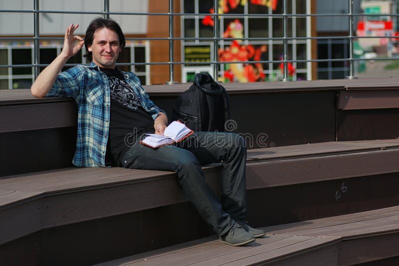 Download De Student Openlucht Leert Alleen Stock Foto - Afbeelding bestaande uit mens, knap: 107708544