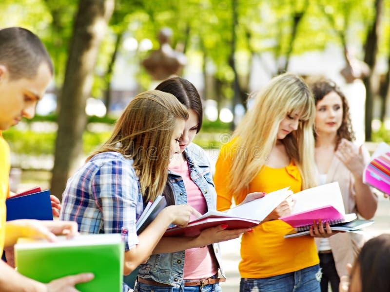 De student van de groep met notitieboekje openlucht. stock afbeelding