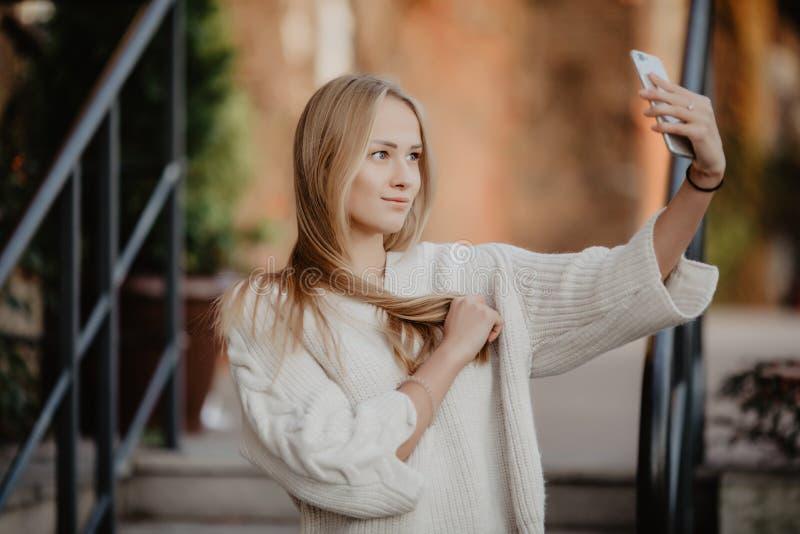 De student van het close-up selfie-portret van aantrekkelijk meisje in zonnebril met lang kapsel en sneeuwwitte glimlach in stad royalty-vrije stock foto