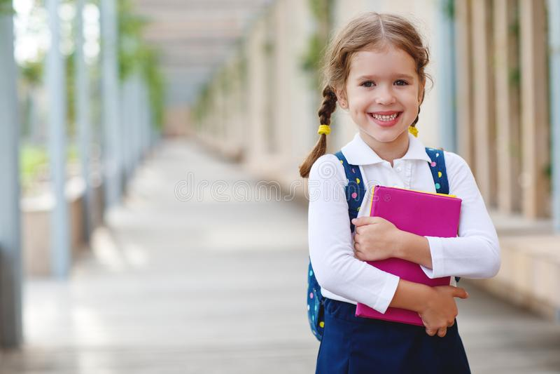 De student van de het schoolmeisje basisschool van het kindmeisje royalty-vrije stock afbeelding