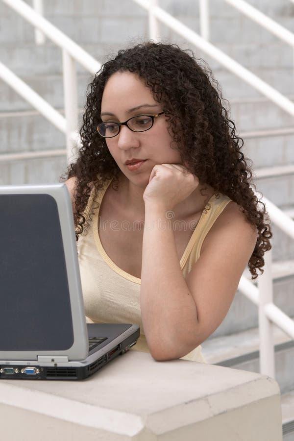 De Student van Latina bij Computer die Glazen draagt royalty-vrije stock foto's