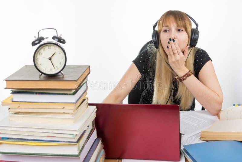 De student wijdde later de nachtgeeuwen bij zijn laptop royalty-vrije stock afbeeldingen