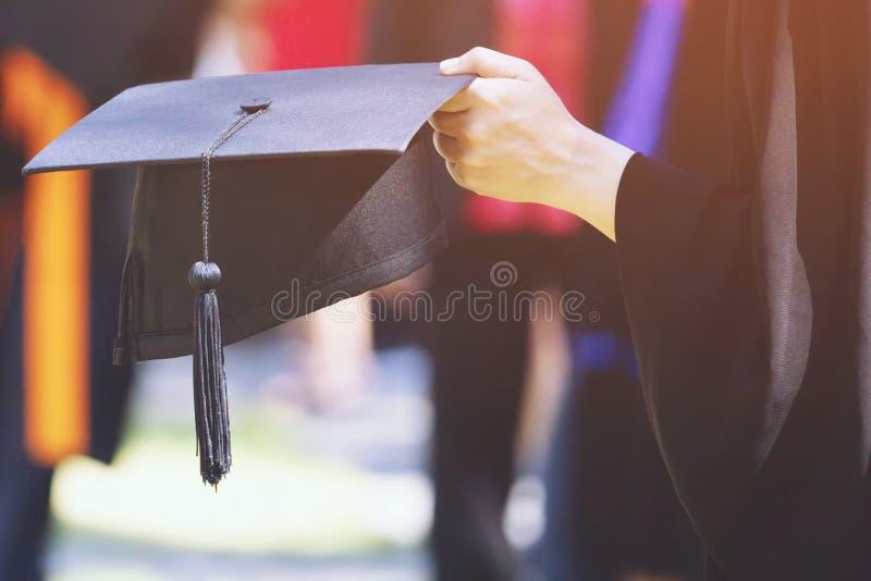 De studenten behalen bij Universiteit een diploma om nationaal en sociaal aanvaardbaar te zijn stock foto's