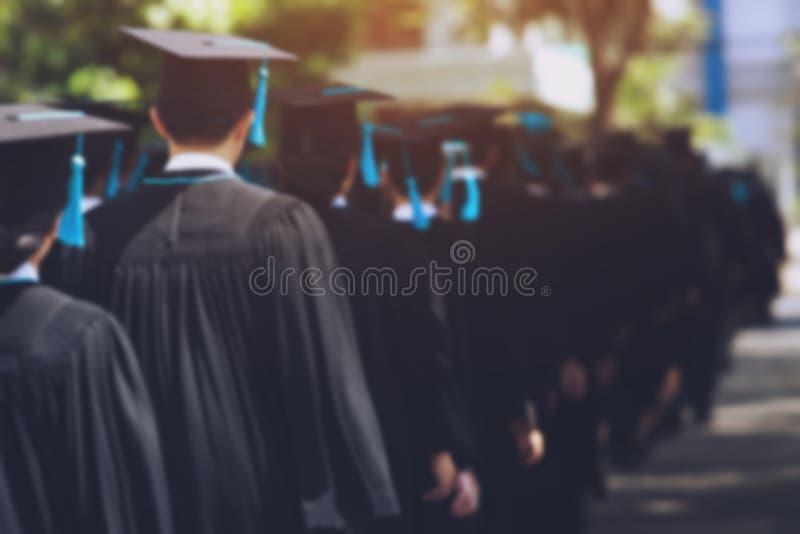 De studenten behalen bij Universiteit een diploma om nationaal en sociaal aanvaardbaar te zijn stock afbeeldingen
