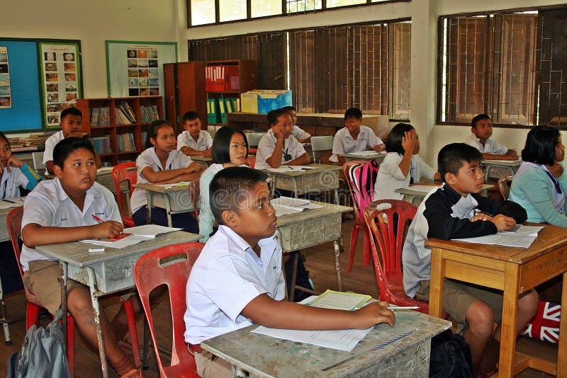 De studenten bestuderen in hun klaslokaal royalty-vrije stock fotografie