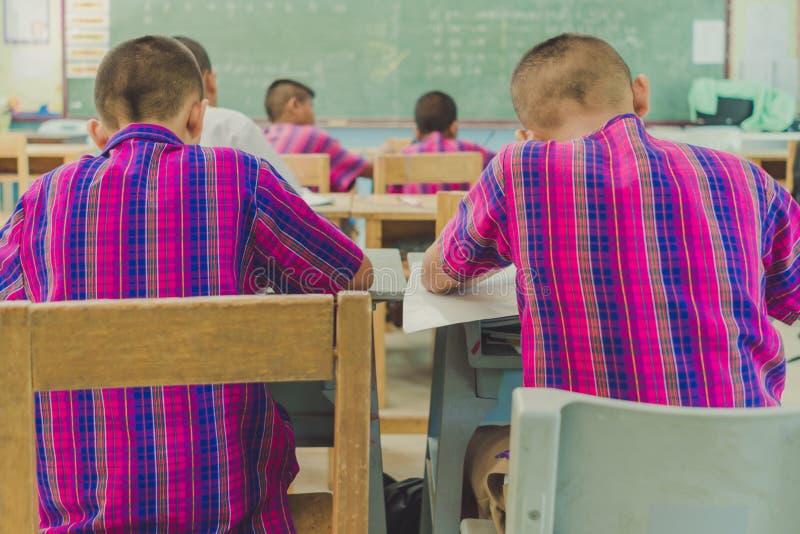 De studenten bestuderen in klaslokaal stock fotografie
