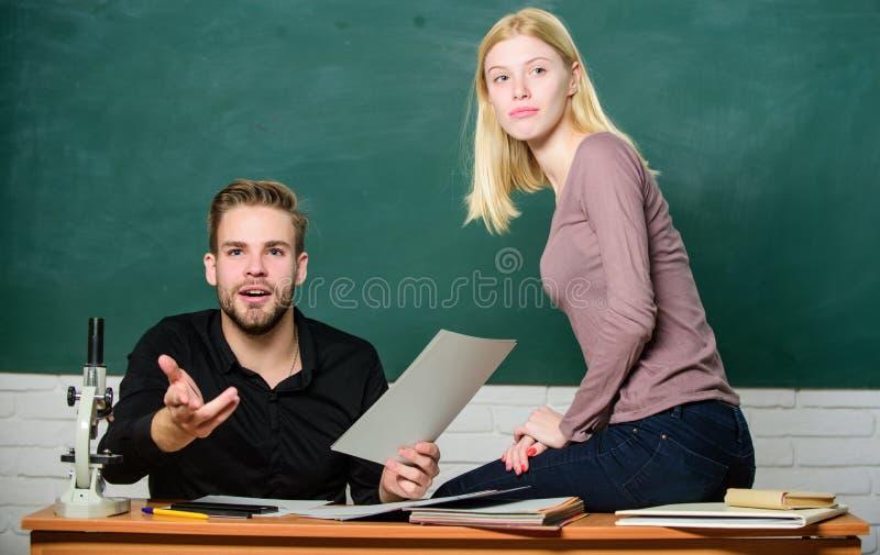 De studenten bestuderen v??r examen ertificate bewijst met succes overgegaan universitair ingangsexamen Studenten in klaslokaal royalty-vrije stock afbeeldingen