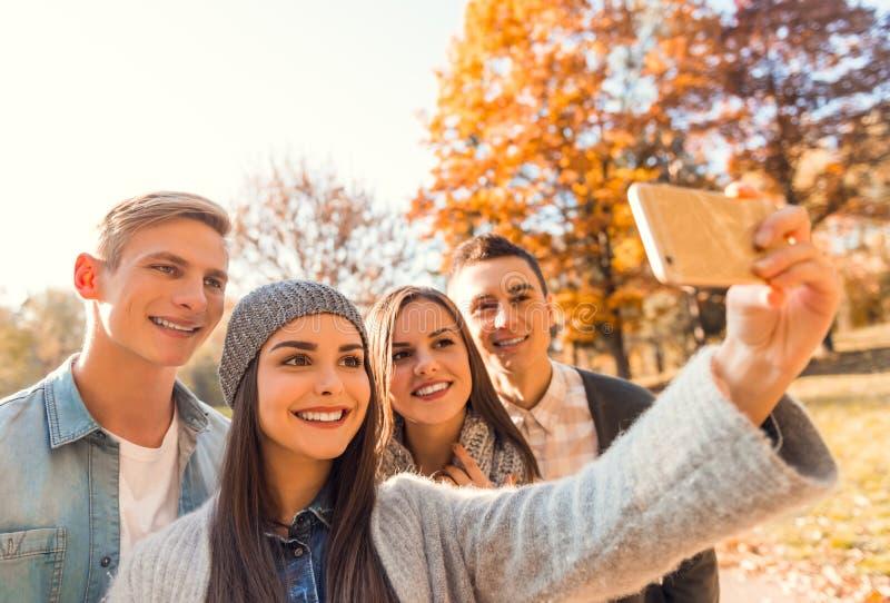 De studenten in de herfst parkeren royalty-vrije stock afbeeldingen