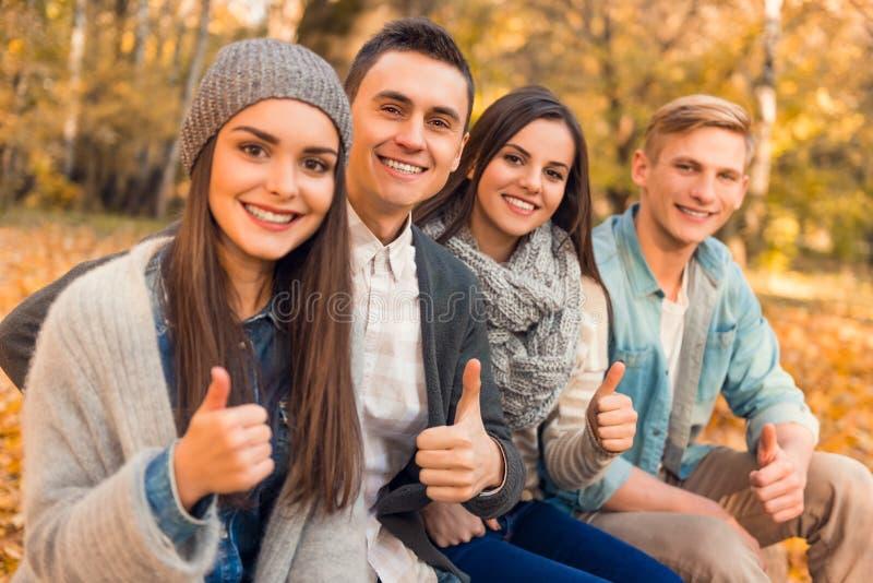 De studenten in de herfst parkeren stock afbeeldingen