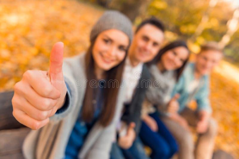 De studenten in de herfst parkeren royalty-vrije stock foto's