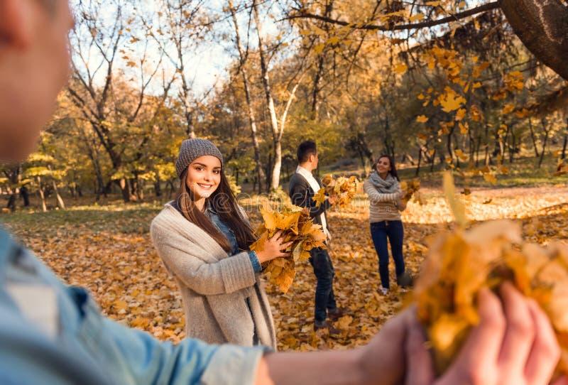 De studenten in de herfst parkeren stock foto